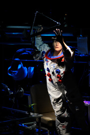 Astronaut-reach-web